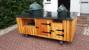 Op maat gemaakte verrijdbare bbq meubel van larixhout